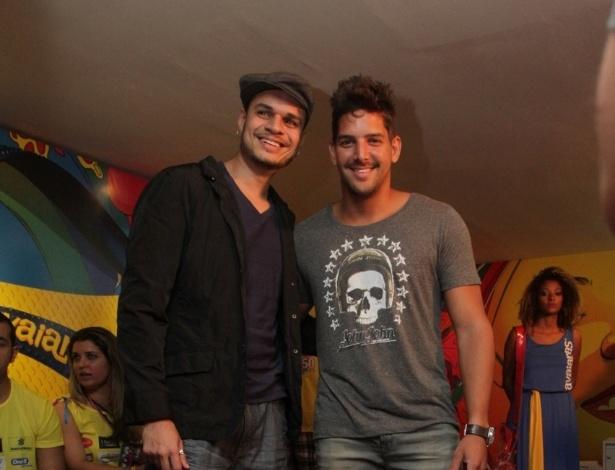 7.fev.2013 - Felipe Pezzoni, o novo vocalista da banda Eva, e Marcelinho Oliveira no camarote Contigo! durante o Carnaval de Salvador