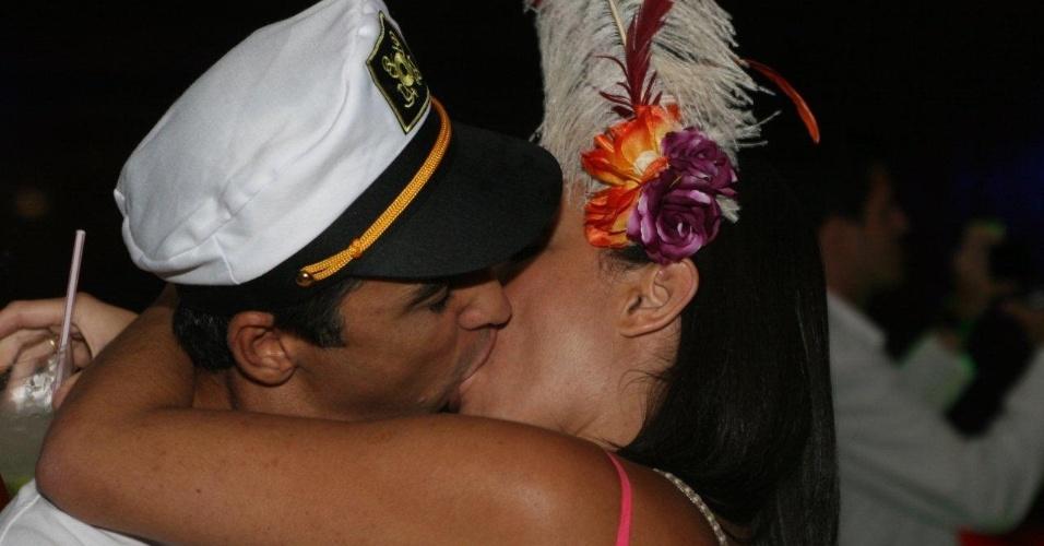 7.fev.2013 - Foliões se beijam no baile oficial da cidade do Rio de Janeiro no Museu de Arte Moderna, na zona sul da capital carioca