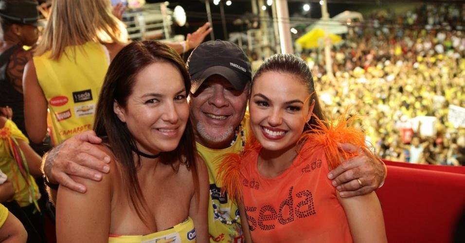 7.fev.2013 - Isis Valverde com Aline e Duda Mendonça no camarote Contigo! durante o Carnaval de Salvador