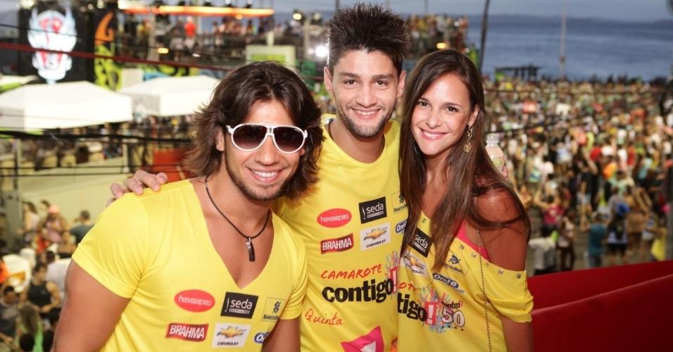 7.fev.2013 - Mariano, Munhoz e Fabiana Lanzi no camarote Contigo! durante o Carnaval de Salvador