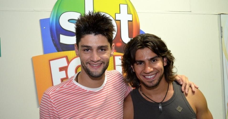 7.fev.2013 - Os sertanejos Munhoz e Mariano posam para fotos no camarote do SBT no circuito Barra-Ondina, em Salvador