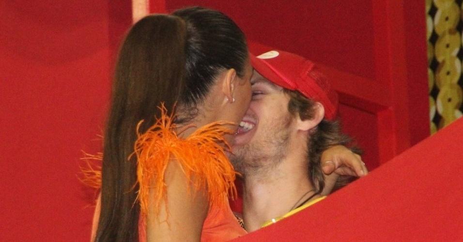 7.fev.2013 - A atriz Isis Valverde beija o namorado, Tom Rezende, no Hotel Convento do Carmo em Salvador