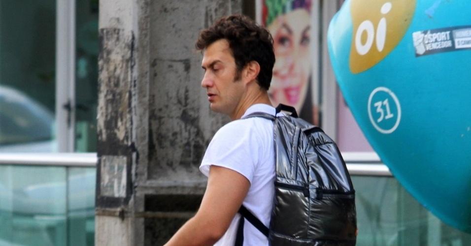 8.fev.2013 - O ator Gabriel Braga antes de curtir o Carnaval no Recife