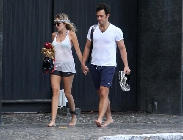 8.fev.2013 - O ator Gabriel Braga ao lado de sua namorada no calçadão da praia de Boa Viagem em Recife