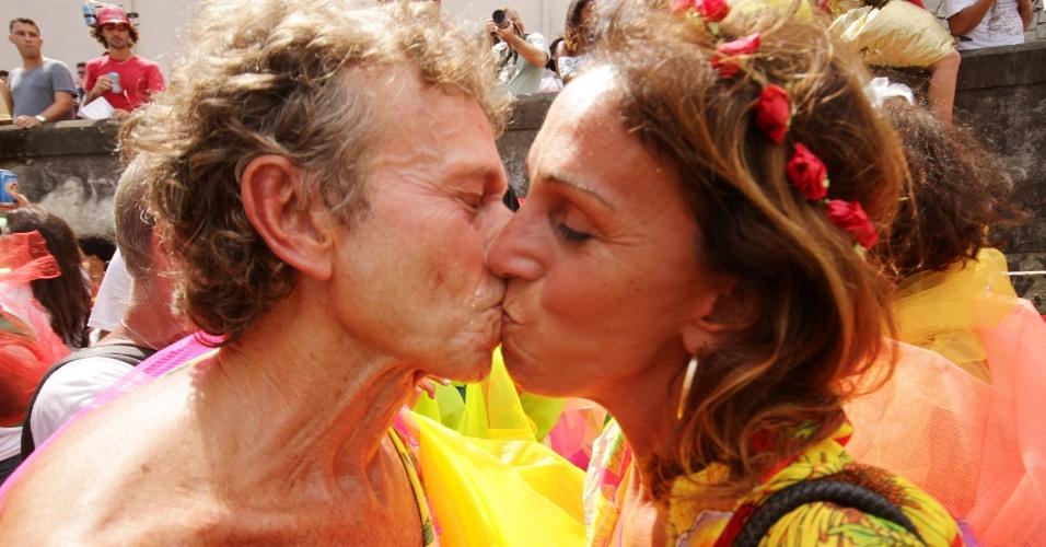 8.fev.2013 - Casais se beijam durante o desfile do bloco Carmelitas, no bairro de Santa Tereza, no Rio de Janeiro
