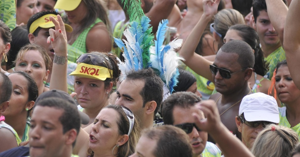 8.fev.2013 - Foliões festejam durante o bloco Nana Banana no circuito Barra Ondina em Salvador