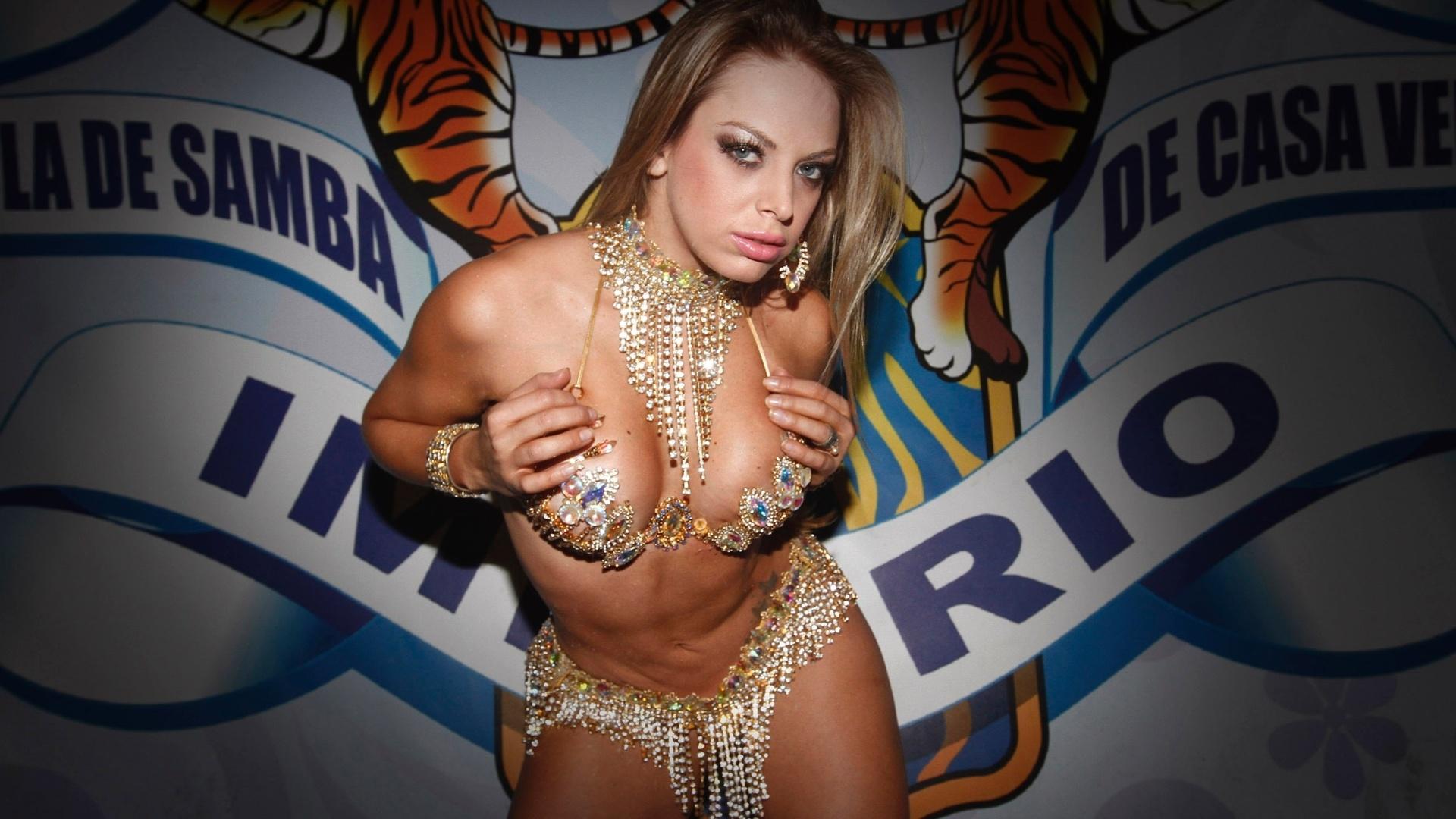 8.fev.2013 - Jéssica Lopes, a Peladona de Congonhas, faz ensaio sensual na quadra da escola de samba Império da Casa Verde