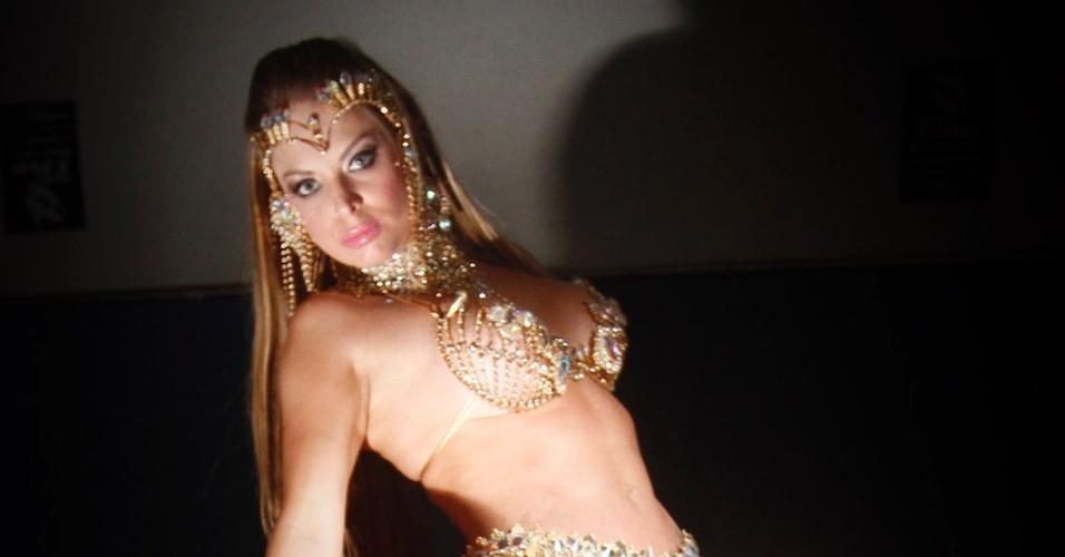 8.fev.2013 - Jéssica Lopes, a Peladona de Congonhas, faz ensaio sensual na quadra da escola de samba da Império da Casa Verde
