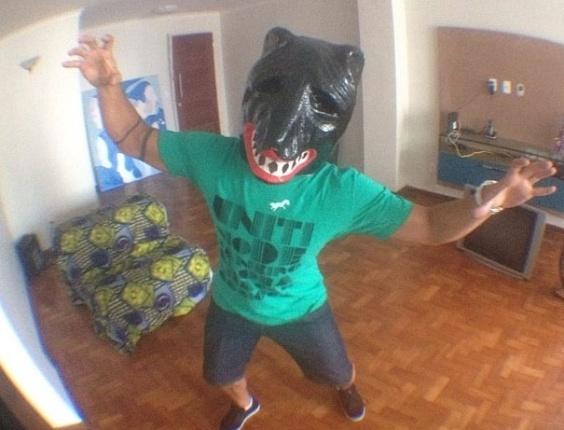 """8.jan.2013 - O ex-participante do BBB 12 se preparando para o Carnaval em Recife.Ao lado da foto, ele postou a mensagem: """"Estilo cachorro #racionais"""""""