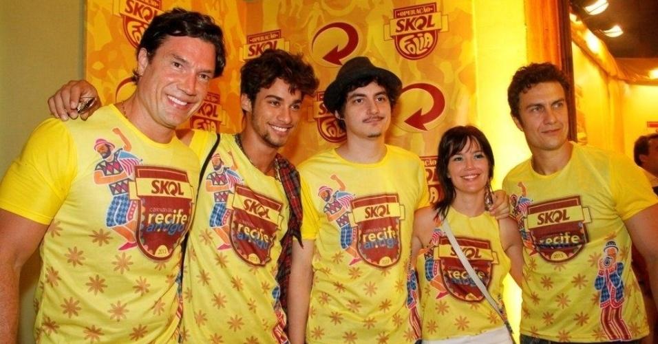 8.fev.2013 - Os atores Ricardo Macchi, Gabriel Braga Nunes e Natália Lage durante o Carnaval de Recife