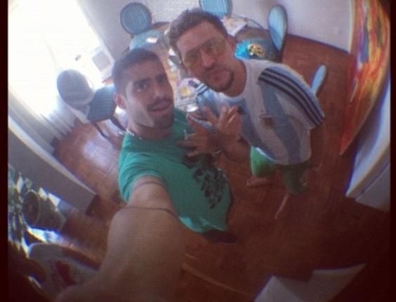 8.jan.2013 - Os participantes do BBB 13 Yuri e Aslan se preparando para pular o Carnaval em Recife. Yuri postou a foto no Instatram ao lado da mensagem