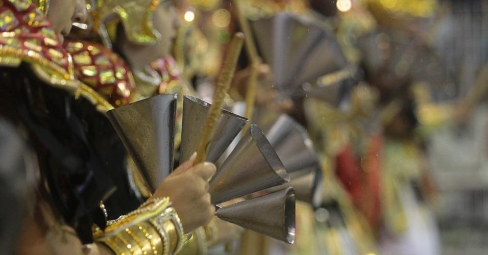 9.fev.2013 - Ritmo que Incendeia é o nome da bateria da Dragões da Real, sexta escola de samba a desfilar pelo Sambódromo do Anhembi, em São Paulo.