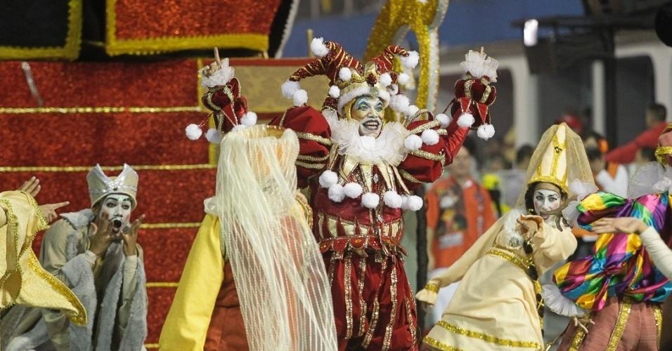 9.fev.2013 - Bobo-da-corte foi um dos destaques do carro Abre-Alas. A Dragões da Real, sexta escola a passar pelo Sambódromo do Anhembi, fez uma homenagem ao símbolo da agremiação.