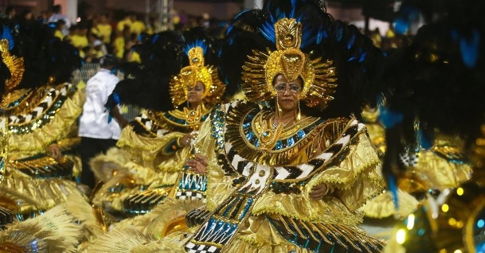 9.fev.2013 - A ala das baianas da Vai-Vai tem o tema 'O Poder do Egito'. A escola canta o enredo da história do vinho, e foi a quarta a desfilar no Carnaval de São Paulo