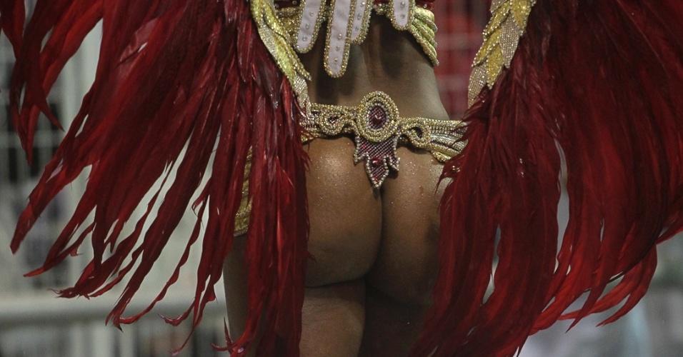 9.fev.2013 - Bumbum de Simone Sampaio, rainha da bateria da Dragões da Real. A escola foi a sexta a passar pelo Sambódromo do Anhembi, em São Paulo