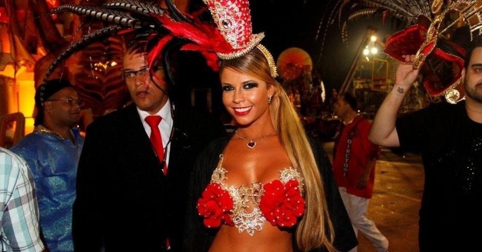 9.fev.2013 - Cacau Colucci, passista da Dragões da Real, mostra sua fantasia. A escola foi a sexta a passar pelo Sambódromo do Anhembi, em São Paulo