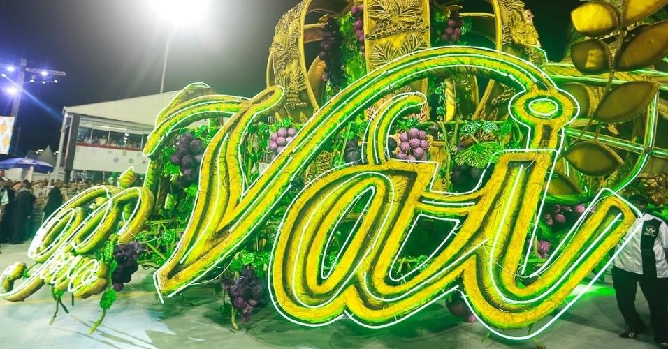9.fev.2013 - Carro da Vai-Vai que mostra o nome da escola com detalhes dourados. A escola do bairro do Bexiga foi a quarta a desfilar no Sambódromo do Anhembi em São Paulo