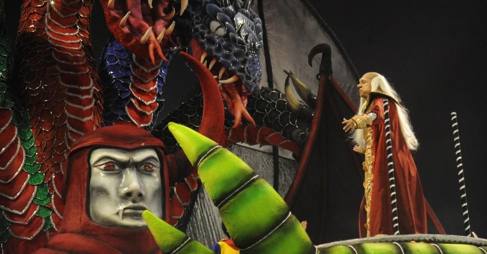 """9.fev.2013 - Destaque fantasiado de """"Mestre dos Magos"""", personagem do desenho animado """"Caverna do Dragão"""".  A Dragões da Real foi a sexta a passar pelo Sambódromo do Anhembi, em São Paulo."""