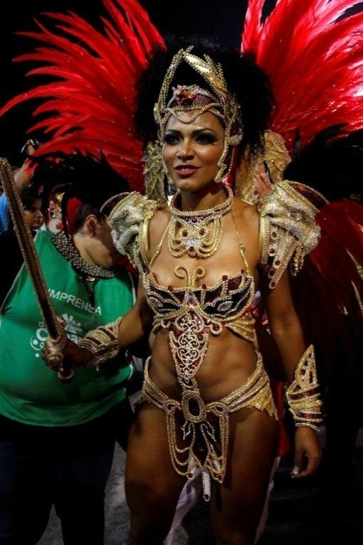 9.fev.2013 - Simone Sampaio, rainha da bateria da Dragões da Real, mostra que tem samba no pé. A escola foi a sexta a passar pelo Sambódromo do Anhembi, em São Paulo