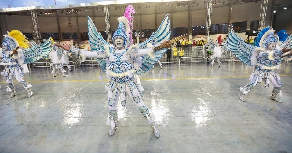 9.fev.2013 - A Águia de Ouro fechou o primeiro dia de desfiles de São Paulo com sua homenagem a João Nogueira