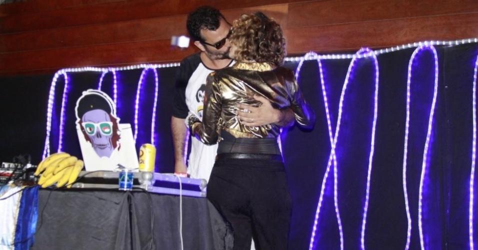 8.fev.2013 - A atriz Leandra Leal beija o namorado, o empresário Alê Youssef, na festa do bloco Rival Sem Rival, no Teatro Rival, no Rio de Janeiro