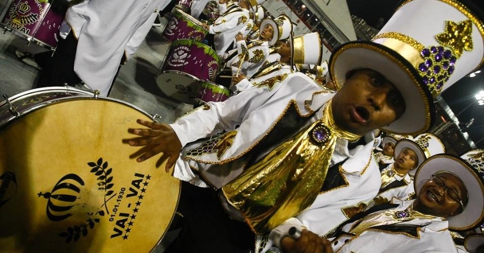 9.fev.2013 - A bateria do Mestre Tadeu da Vai-Vai, apelidada de Pegada de Macaco, representa o sommelier (especialista em vinho)