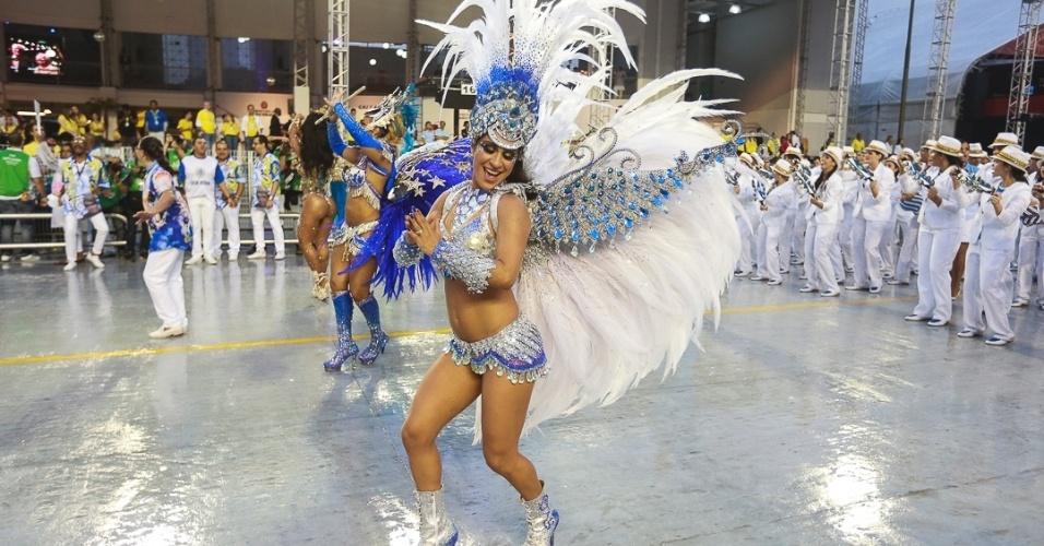 9.fev.2013 - A comissão de frente foi formada por anjos guardiões com asas que chegam a três metros de envergadura
