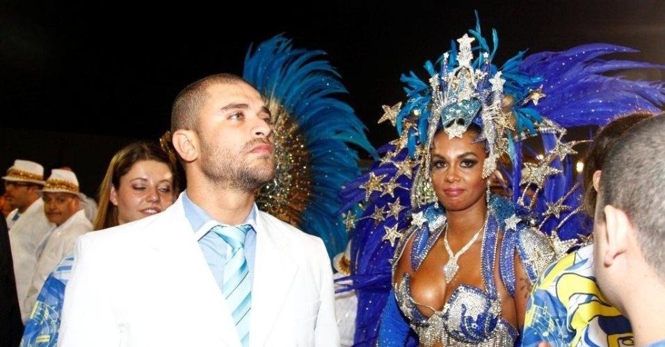 9.fev.2013 - A escola tem a mulher de Diogo Nogueira, filho do homenageado, Milena, como rainha de bateria, e Cinthia Santos como madrinha. A atriz Maísa Magalhães também faz parte do desfile como musa da escola
