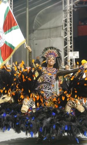 9.fev.2013 - A escola tem o casal mais antigo de mestre-sala e porta-bandeira de São Paulo, formado por João Carlos, de 29 anos, e Lais Moreira, 30 anos