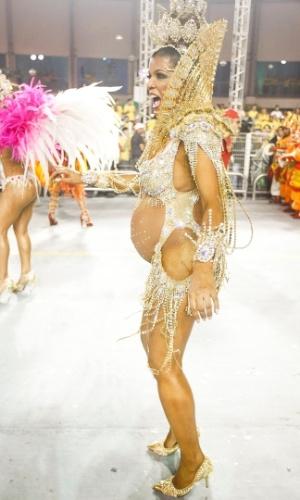 9.fev.2013 - A rainha de Bateria da X-9 Paulistana, Rosemeire Rocha, entra na avenida grávida de 8 meses de uma menina