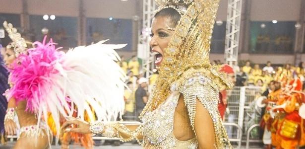 8.fev.2013 - A rainha de Bateria da X-9 Paulistana, Rosemeire Rocha, entra na avenida grávida de 8 meses de uma menina