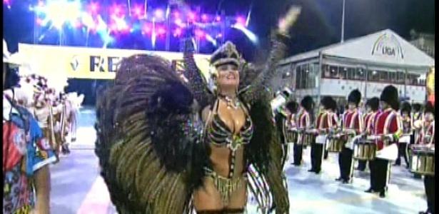 8.fev.2013 - A Rainha de Bateria Ellen Rocche dança durante o desfile da Rosas de Ouro em SP