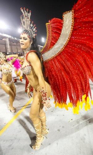 9.fev.2013 - A X-9 Paulistana, quinta escola a se apresentar em São Paulo, inicia o seu desfile pouco antes das 4h15 no sambódromo com tema da união entre os povos
