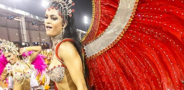8.fev.2013 - A X-9 Paulistana, quinta escola a se apresentar em São Paulo, inicia o seu desfile pouco antes das 4h15 no sambódromo com tema da união entre os povos