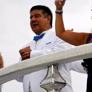 9.fev.2013 - O técnico Joel Santana é um dos destaques de carro na escola que homenageia João Nogueira