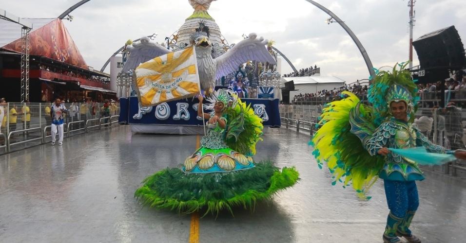 9.fev.2013 - Alex e Gleice, mestre-sala e porta-bandeira da Águia de Ouro, esbanjam simpatia no sambódromo do Anhembi