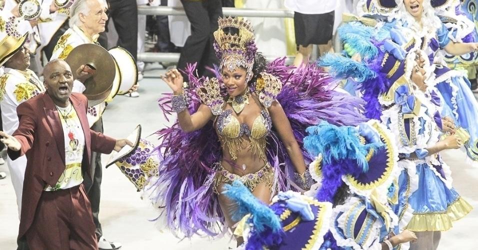 9.fev.2013 - Camila Silva a rainha da bateria da Vai-Vai, samba com alegria o enredo da Vai-Vai, que conta a história do vinho.