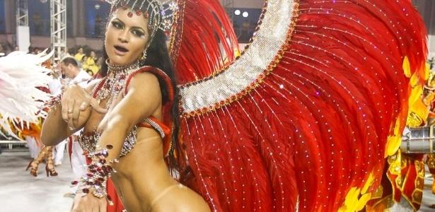 8.fev.2013 - Camila Vernaglia samba durante o desfile da X-9 Paulistana no Anhembi