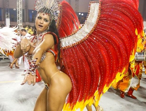 9.fev.2013 - Camila Vernaglia samba durante o desfile da X-9 Paulistana no Anhembi