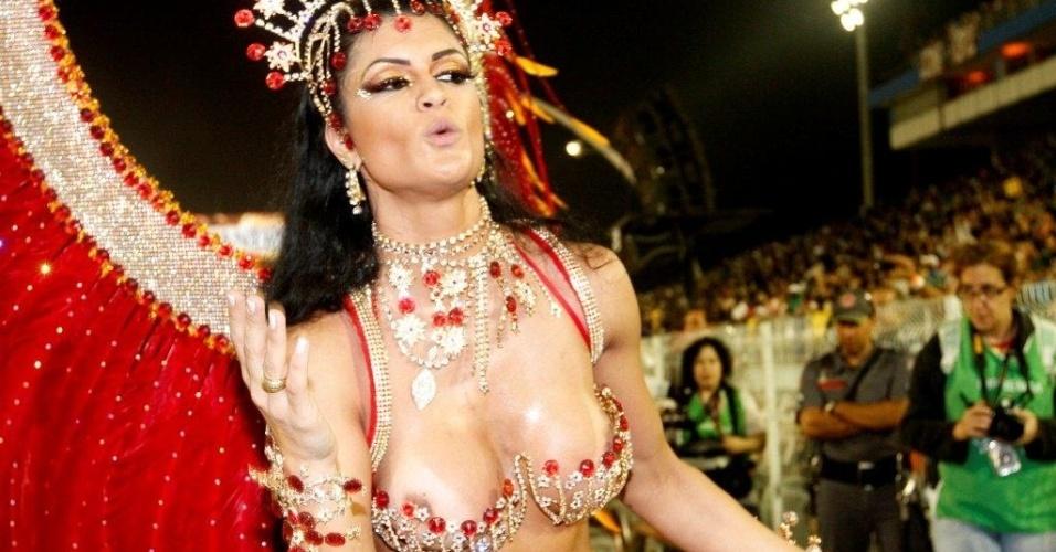 9.fev.2013 - Camila Vernaglia se descuida e deixa seio à mostra durante o desfile da X-9 Paulistana no Anhembi