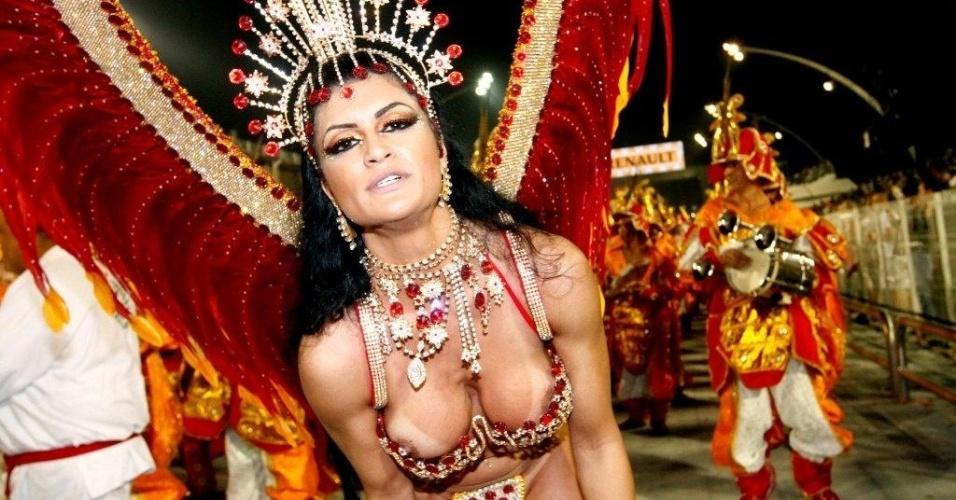 8.fev.2013 - Camila Vernaglia se descuida e deixa seio à mostra durante o desfile da X-9 Paulistana no Anhembi