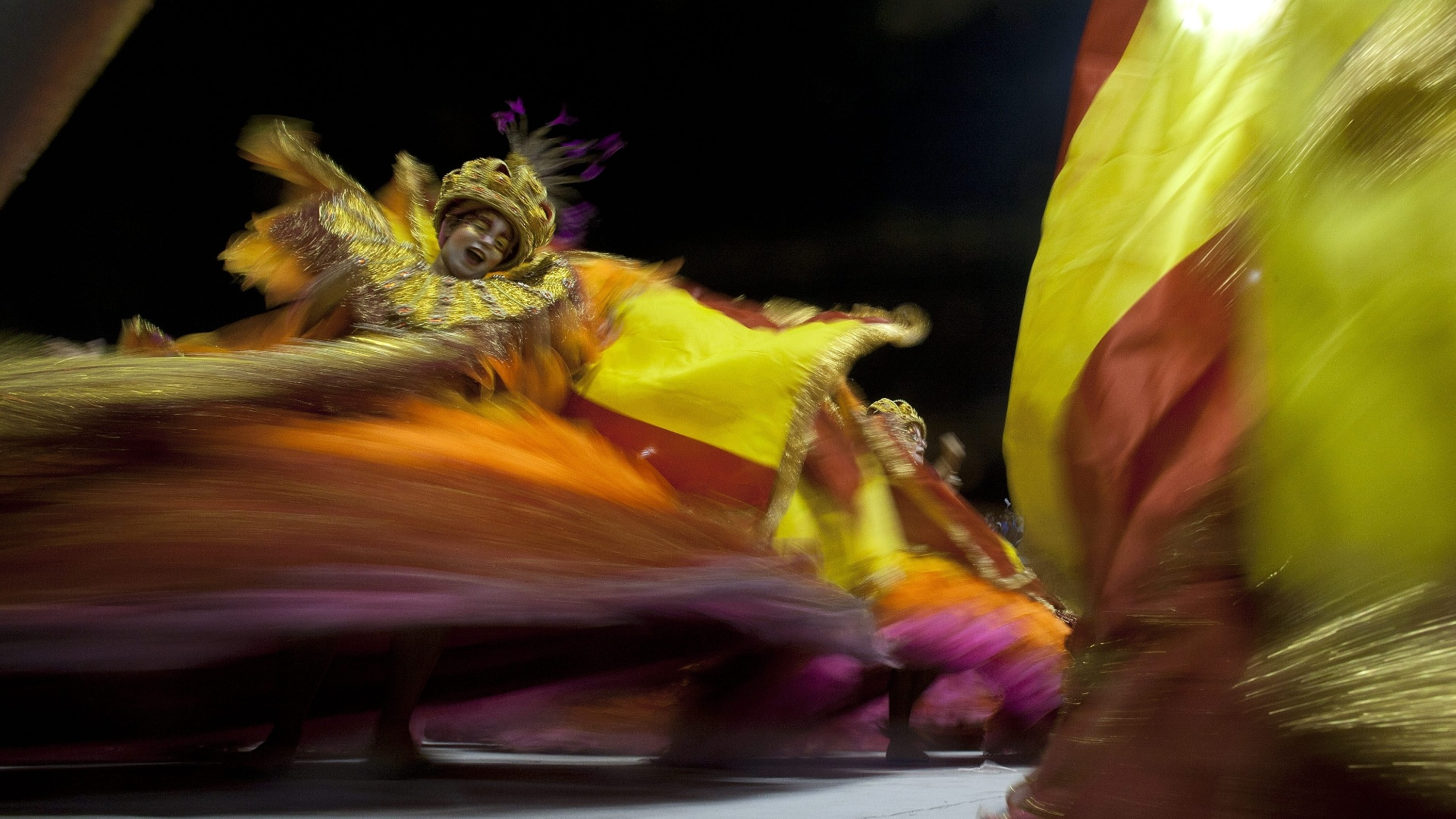 9.fev.2013 - Ala das baianas da Rosas de Ouro, que teve o enredo