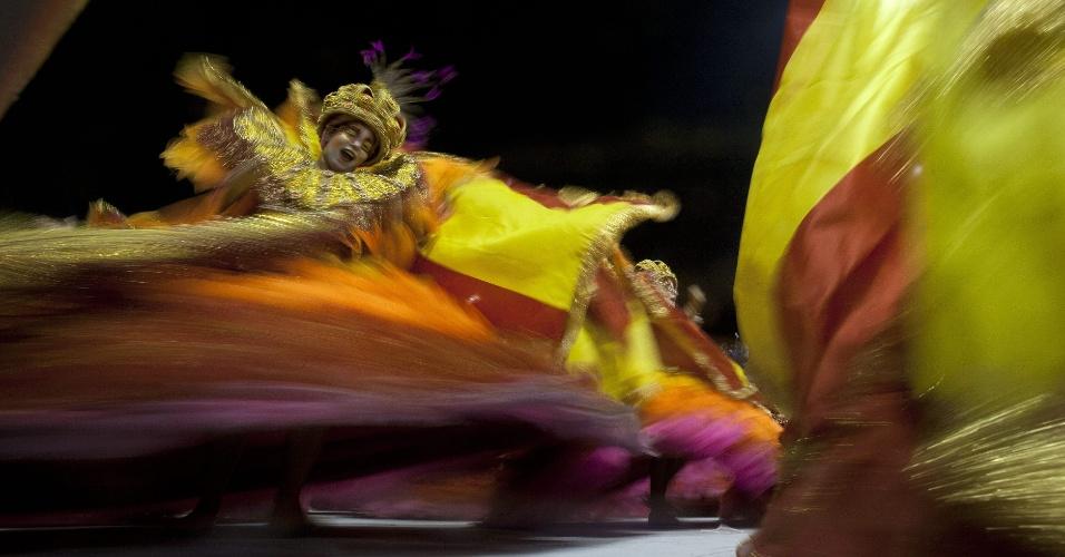 """9.fev.2013 - Ala das baianas da Rosas de Ouro, que teve o enredo """"Os Condutores da Alegria - Numa Fantástica Viagem Aos Reinos da Folia"""""""