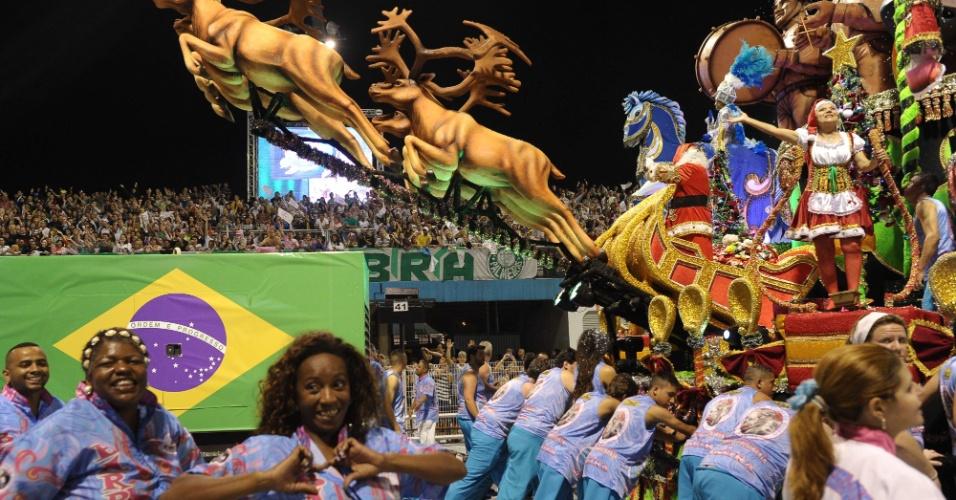"""9.fev.2013 - Com o enredo """"Os Condutores da Alegria - Numa Fantástica Viagem Aos Reinos da Folia"""", a Rosas de Ouro se apresentou no primeiro dia de desfiles em São Paulo"""