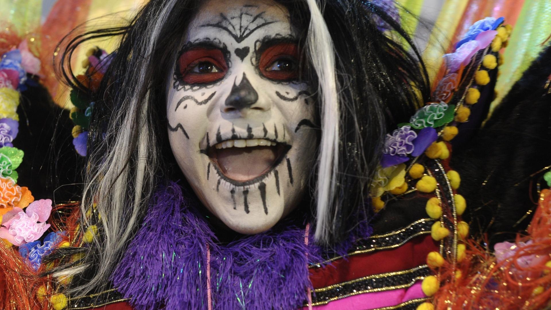 9.fev.2013 - Durante o desfile da Rosas de Ouro, os foliões no Anhembi puderam testemunhar as mais diversas celebrações no mundo, incluindo o macabro Dia dos Mortos, com máscaras e caveiras mexicanas