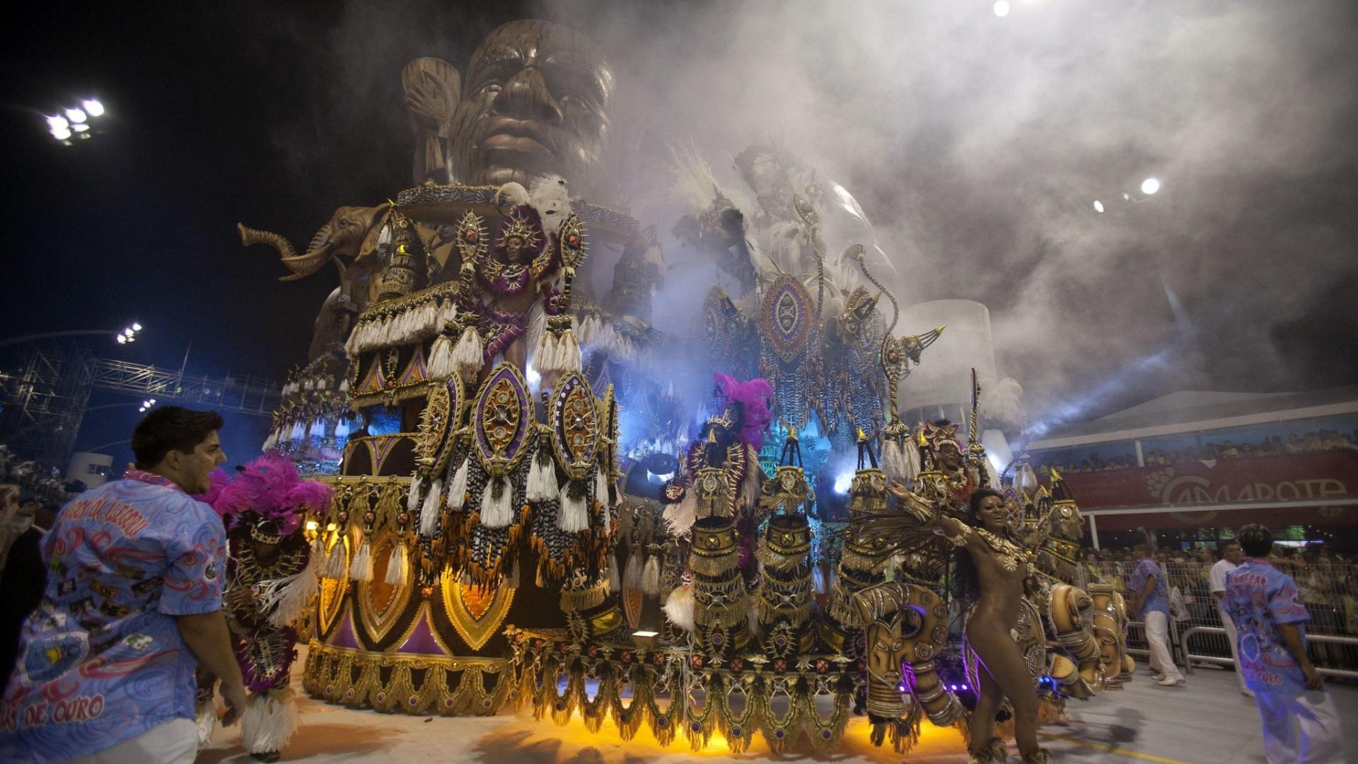 9.fev.2013 - O carro abre-alas mostrou tambores usados em rituais de guerreiros zulus e recebeu o nome de