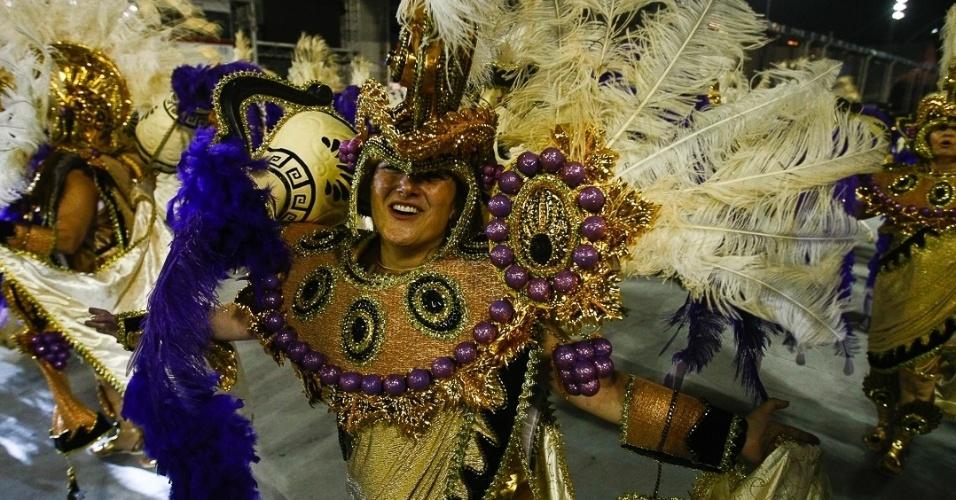 9.fev.2013 - Folião da Vai-Vai dança o samba que conta a história do vinho. A escola do bairro do Bexiga em São Paulo foi a quarta a desfilar no Sambódromo do Anhembi