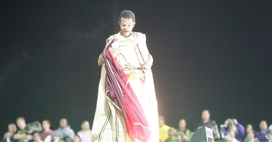 8.fev.2013 - Jair Rodrigues foi um dos destaques do carro abre-alas da Vai-Vai. A escola contou a história do vinho e foi a quarta a desfilar pelo carnaval de São Paulo.