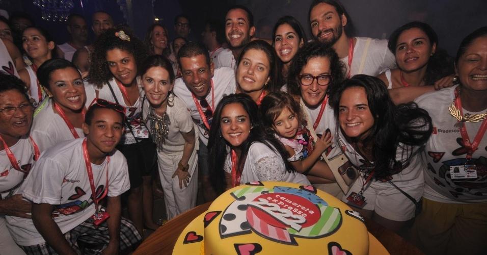 8.fev.2013 - Nos 15 anos do camarote Expresso 2222, comandado por Gilberto Gil, a família do cantor baiano comemora com festa e bolo em Salvador