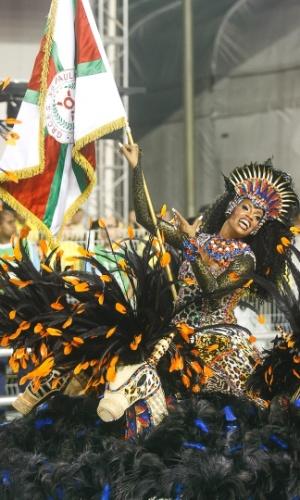 9.fev.2013 - O Casal Furacão, como é conhecida a dupla de mestre-sala e porta-bandeira, desfila juntos no Carnaval paulista há 22 anos